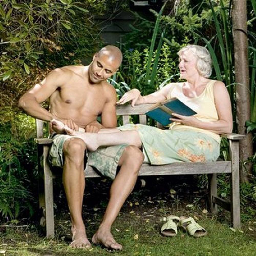 Старые женщины спят с молодыми фото 6 фотография